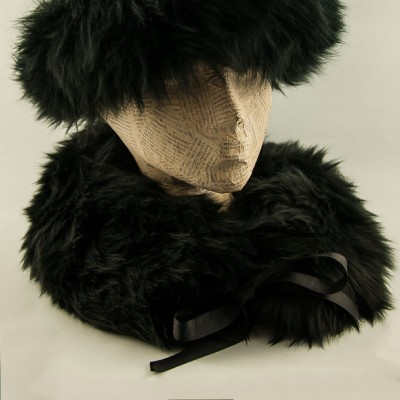 Sheepskin-collar-Black-Blanche-in-the-brambles